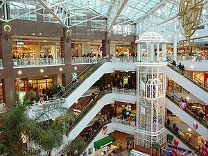 Los centros comerciales suelen tener varios pisos con escaleras mecánicas y ascensores para facilitar la circulación de personas (también existen «malls» de una sola planta).